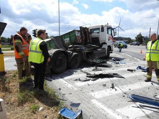 Door de klap vloog de container van de vrachtwagen en keerde die om zijn as.