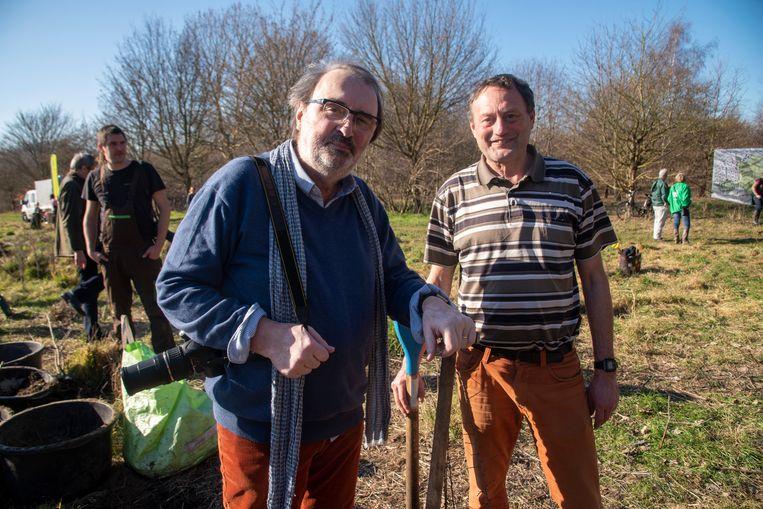 Jacques Eichperger (Rotary Gent) en Bart Vangansbeke (Natuurpunt Gent) slaan de handen in elkaar om een nieuw bos aan te planten.