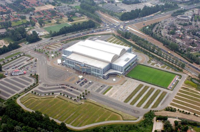 Stadion GelreDome, met onder in beeld de parkeerplaatsen Londen en Athene.
