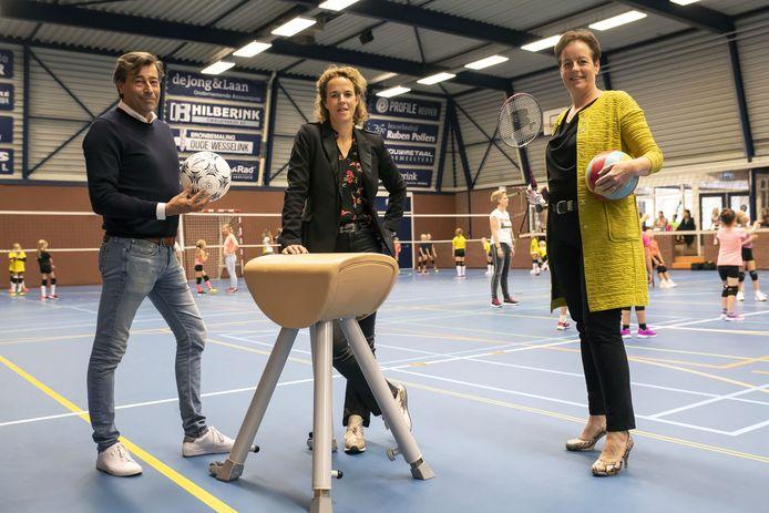 Eddy Droste, Miriam Vollenbroek en Ria Paus, in een verouderde sporthal De Ransuil.