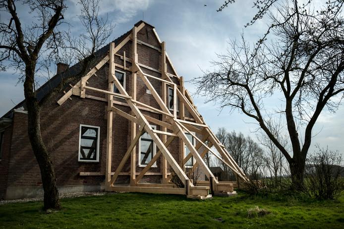 Een boerderij in in het Groningse dorp Startenhuizen is zwaar beschadigd door de aardbevingen. Al ruim honderdduizend woningen in Noord-Groningen hebben aardbevingsschade.