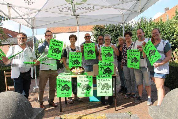 Beweging.net deelde affiches van de Graag Traag-actie aan de schoolpoort uit.