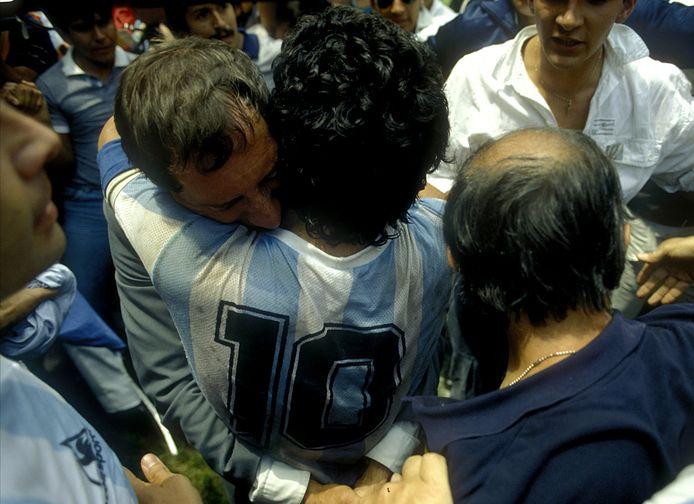 Diego Maradona dans les bras de son ex-sélectionneur, Carlo Bilardo, après la victoire au Mondial 1986 au Mexique contre l'Allemagne.