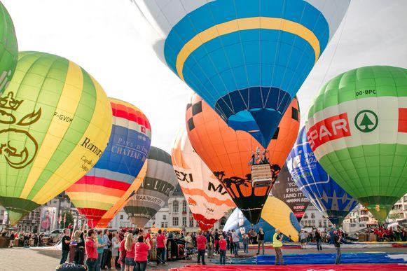 Ballons stijgen op tijdens de Vredefeesten op de Grote Markt. Dat zal dit jaar niet gebeuren, maar de organisatie zorgt wél voor het alternatieve ballonspektakel 'Respect', met opstijgingen in het hele Waasland.