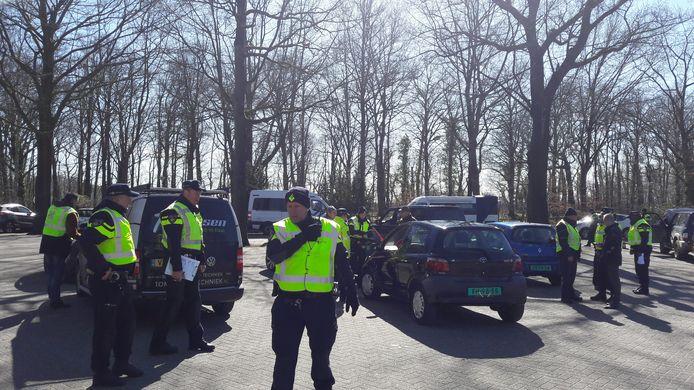 De politie houdt een grote controle aan de Grebbeweg in Rhenen.