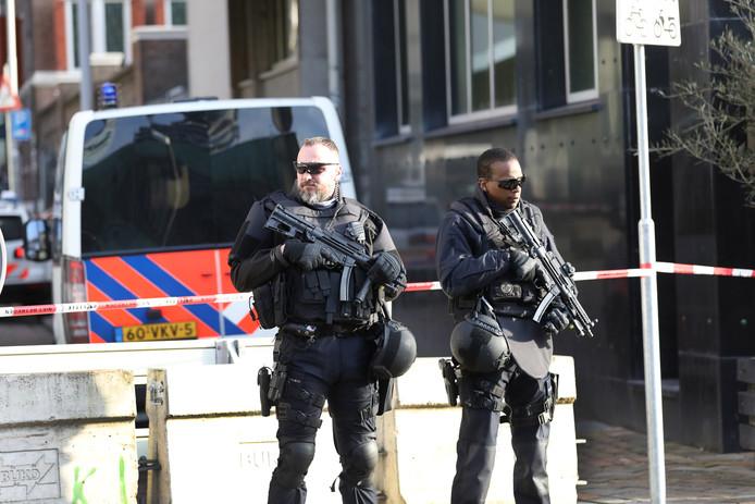 Politiebewaking bij het HBU-gebouw.