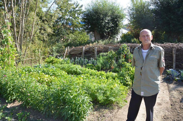 Louis Cornelis bij zijn volkstuintje tijdens de officiële opening van volkstuinsite 'Graafland' in Ninove. Hij is 83 en tuiniert al sinds zijn zevende.