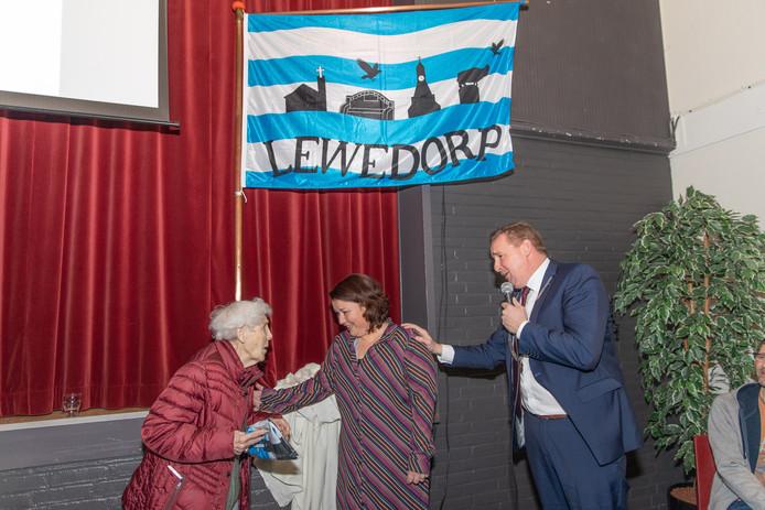 Jo Raas (l) en burgemeester Gerben Dijksterhuis onthulden woensdag de dorpsvlak, in het midden ontwerpster Loes Verdonk.