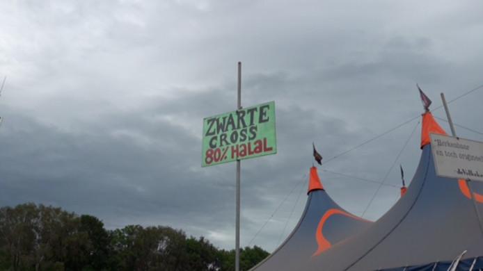 Een van de vele bordjes met een boodschap met een kwinkslag op de Zwarte Cross.
