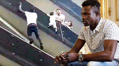 VIDEO: Malinese migrant die kind van balkon redt wordt genaturaliseerd tot Fransman