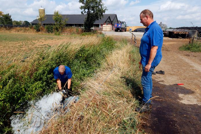 Medewerkers van waterschap De Dommel vullen Brabantse beken bij.