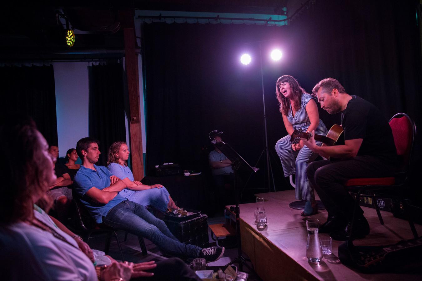 Het optreden van Smoking Lucy vormde de start van het zomerprogramma van Rho Toneel, dat nog drie voorstellingen geprogrammeerd heeft