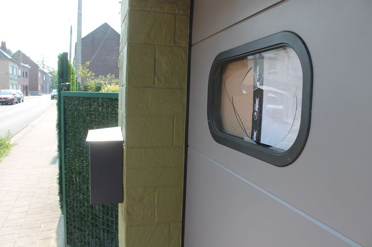 Afgelopen nacht ondernam een persoon een inbraakpoging bij slagerij De Ridder in de Kleemputtenstraat. Daarbij sneuvelde een raam van een garagepoort.