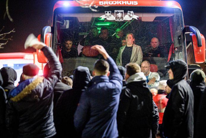 FC Twente spelers worden opgewacht door boze supporters bij het trainingscomplex bij het FBK stadion.  Voorin in de Bus Trainer Gonzalo Garcia. Sander Boschker en Xandro schenk staan de fans te woord.