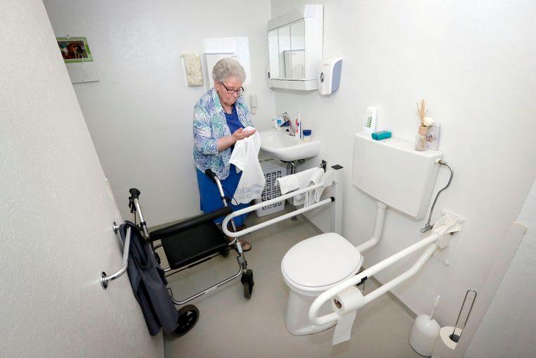 Het slachtoffer werd in een liftharnas op een toilet als dit gezet. Uit onderzoek van de wetsdokter blijkt dat ze voorover was gevallen, en door de druk op haar lichaam stikte.