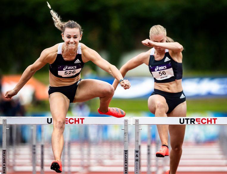 Nadine Visser (links) laat iedereen haar hielen zien op de 100 meter horden. Beeld Jiri Büller