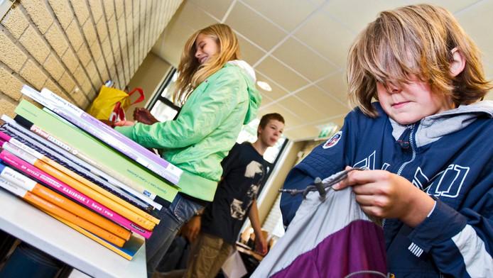 Foto ter illustratie. Brugklassers halen hun nieuwe schoolboeken op.