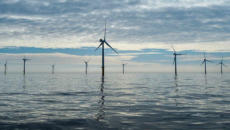 Windmolens reiken boven het wateroppervlakte van de Noordzee. Beeld anp
