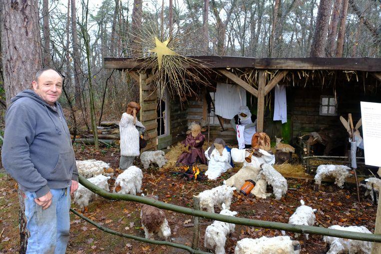 Leo Van Rossum bij de kerststal in Zoersel.