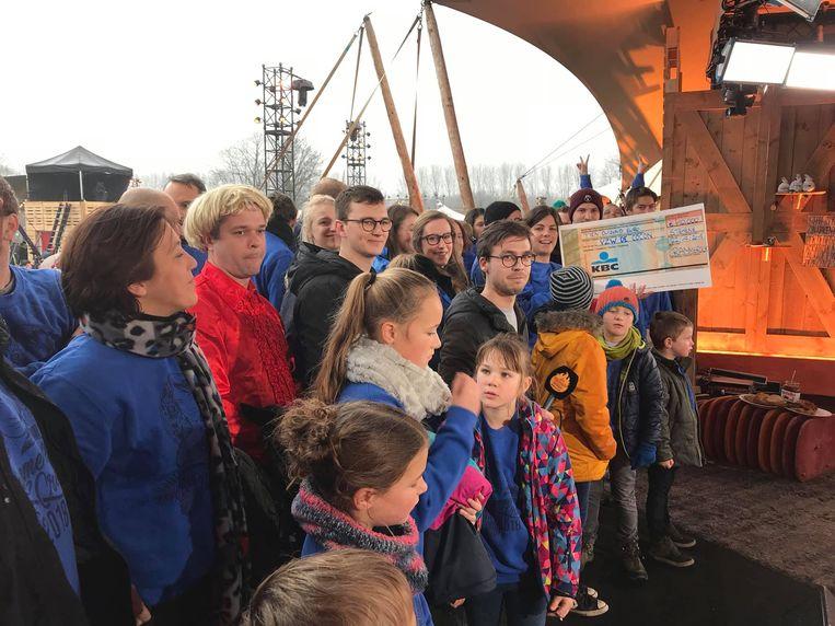 Zondag mochten de jongens en meisjes van Crammerock een vette cheque van 10.000 euro overhandigen aan de ploeg van de Warmste Week.