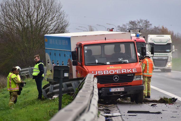 De vrachtwagen van IJsboerke belandde in de vangrail.