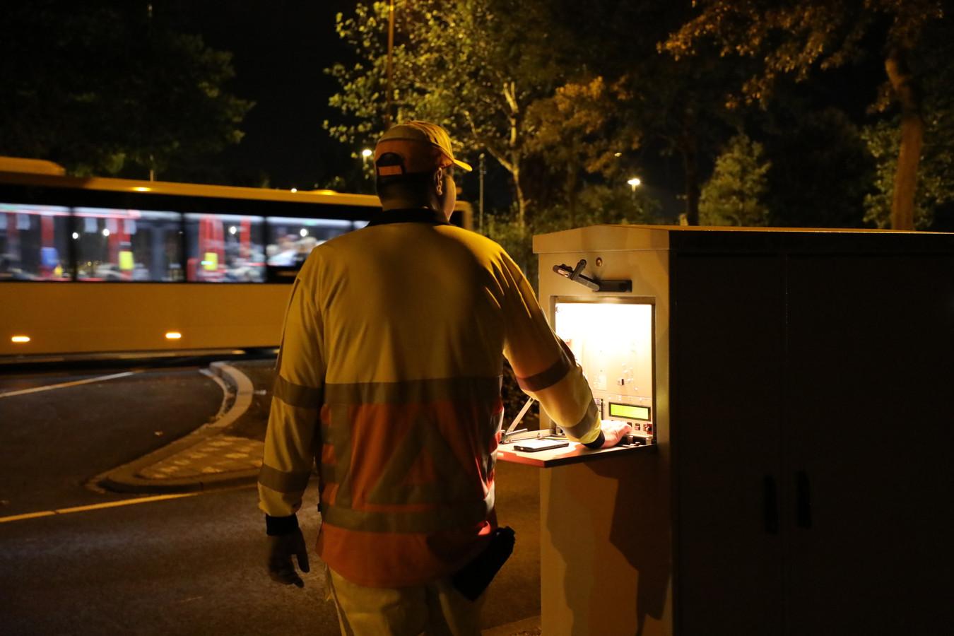 Een verkeersregelaar moest zaterdagavond alle zeilen bijzetten om een ambulance erlangs te loodsen in Kaatsheuvel.