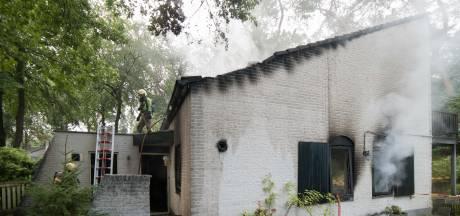 Uitslaande brand verwoest vakantiehuis in Nunspeet