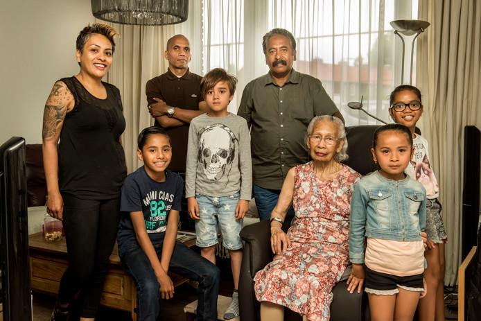 Jane en Eli Matitahatiwen (l) en hun kinderen. Voor op de foto oma Jo en achter haar staat Ben Souhuwat.