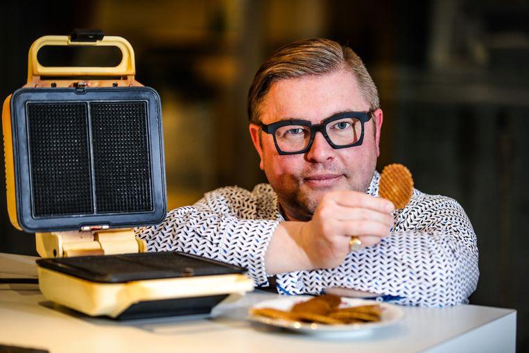 """Historicus Chris Vandewalle met het befaamde koekje. """"Voor mij is de lukke het symbool van gezelligheid."""""""