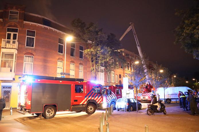 De brandweer blust de brand in de Herman Costerstraat.