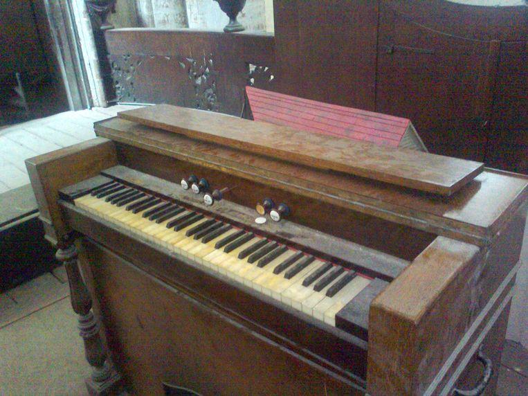 DIEST- het harmonium dat werd ontdekt in de kerk.