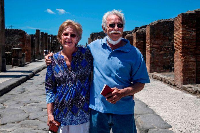 Marvin en Colleen Hewson, dolgelukkig op de archeologische vindplaats.