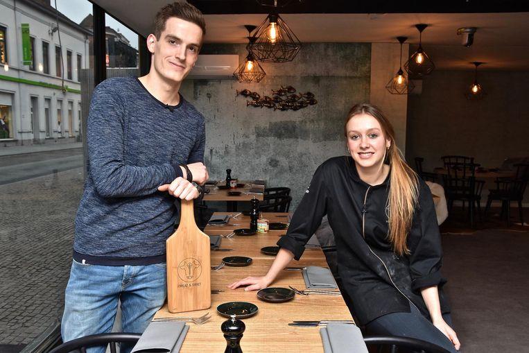 Yannick en Leena maken een combinatie van vlees en vis.