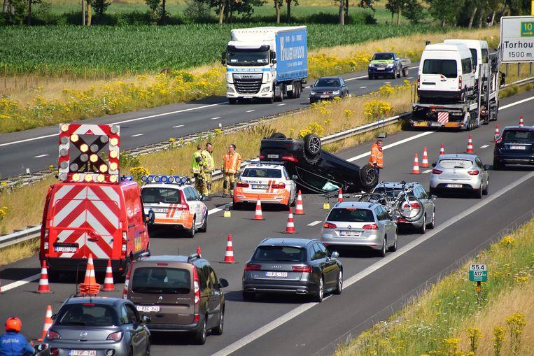 In de eerste momenten na het ongeval was de snelweg versperd maar de hulpdiensten zorgden er voor dat al snel één rijstrook weer open kon.