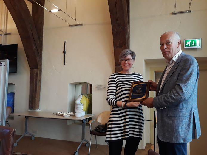 Marieke van Brussel en Willem Bosch krijgen een award van de University of Wisconsin-Platteville.