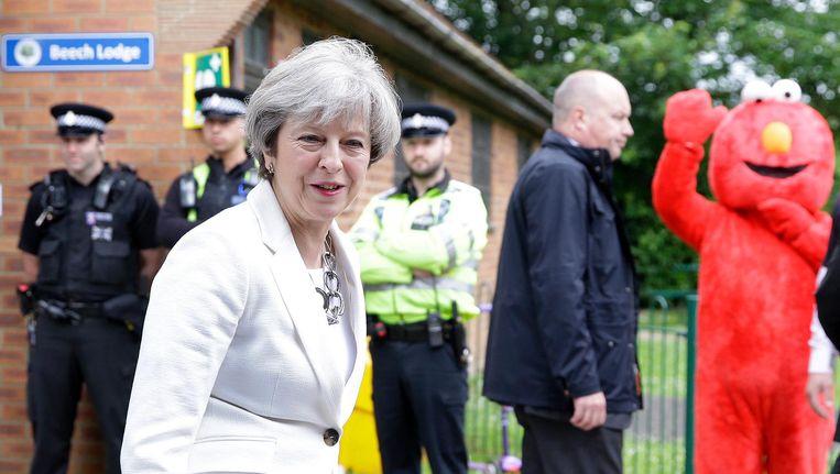 Theresa May met kandidaat Elmo. Beeld ap