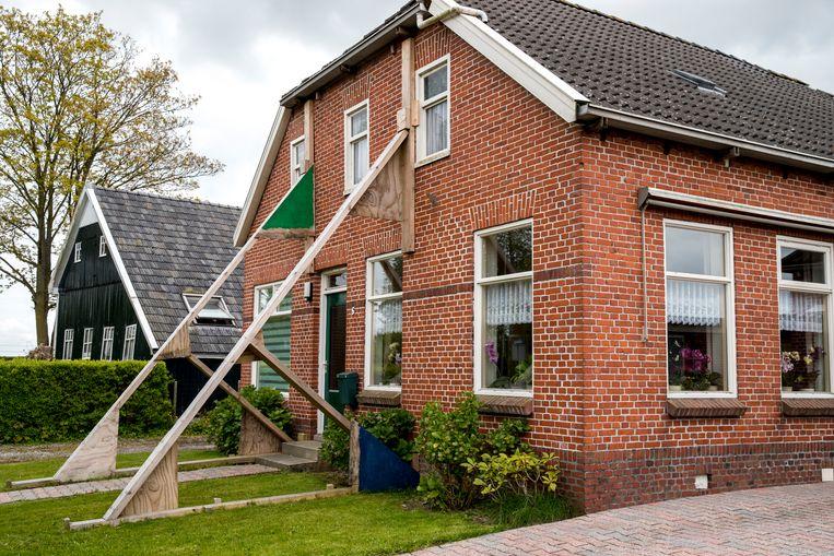 Een beschadigde woning wordt versterkt door stutten in aardbevingsgebied Loppersum. Beeld ANP
