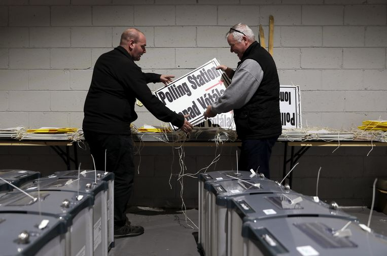 Twee medewerkers van een stembureau treffen voorbereidingen voor het godslastering-referendum en de presidentsverkiezing. Beeld Hollandse Hoogte / PA Photos Ltd