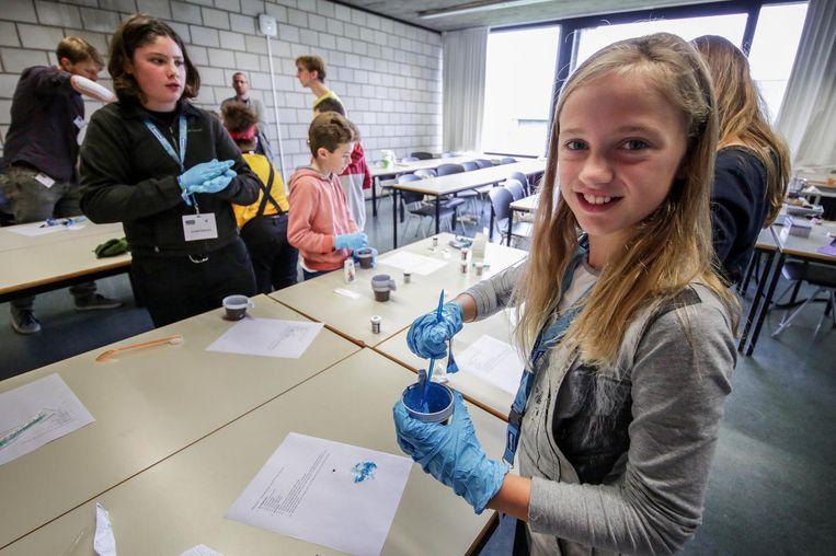 Lupe Cosse (11) was er al voor de tweede keer bij. Dit maal leerde ze slijm maken en een springbal met lijm.