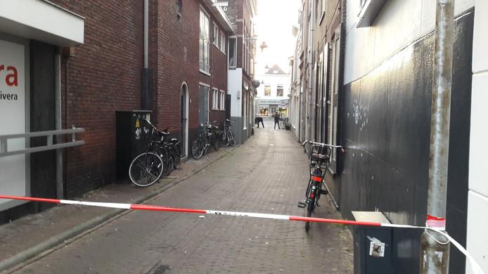 De Stoofsteeg in Gouda is afgezet door de politie.