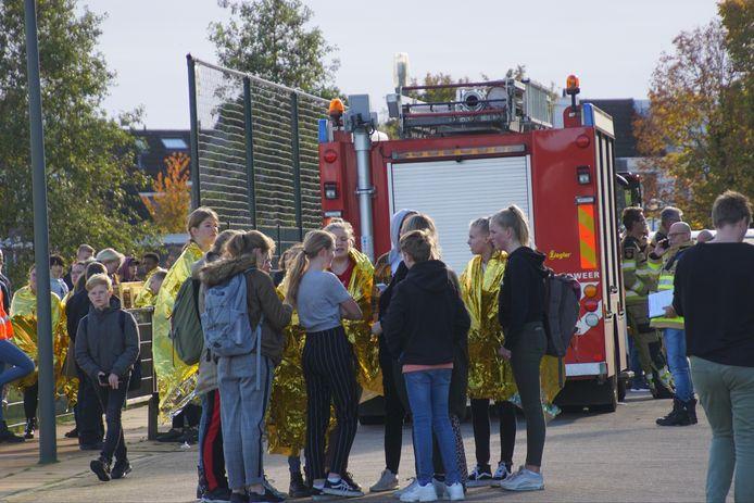 Leerlingen van het VIA College in Kampen wachten buiten na de ontruiming.