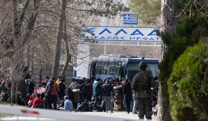 Migranten wachten voor de Griekse grens bij de Turkse plaats Erdine. De Grieken laten hen er niet in.