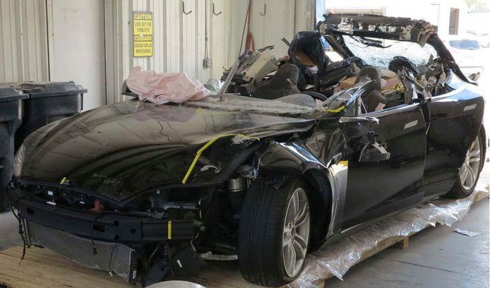 Deze Tesla S-model raakte in mei 2016 in Williston Florida zwaar beschadigd bij een crash als gevolg het semi-automatische rijsysteem. Daardoor reed de wagen onder een vrachtwagen die draaide op de rijbaan. De bestuurder (40) kwam daarbij om het leven.