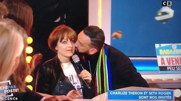 De presentator kuste de tolk van Charlize Theron ongevraagd