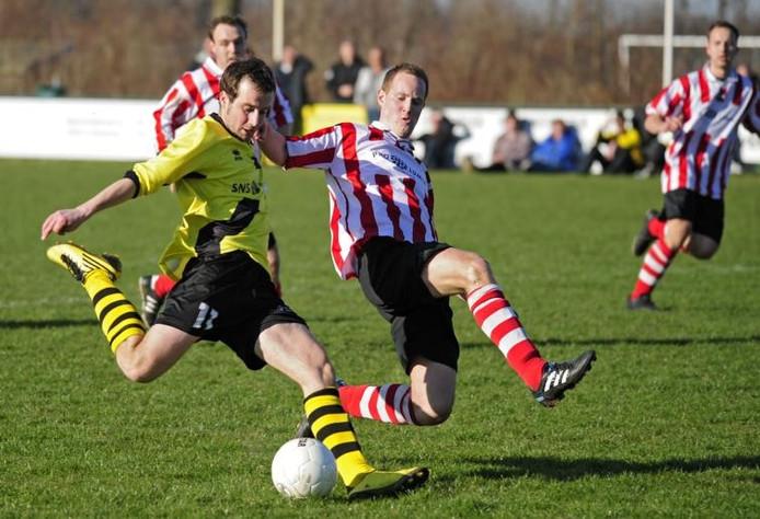 Dennie le Comte (geel shirt) waagt een doelpoging. De spits van Duiveland zou niet tot scoren komen tegen Zwaluwe. foto Dirk-Jan Gjeltema