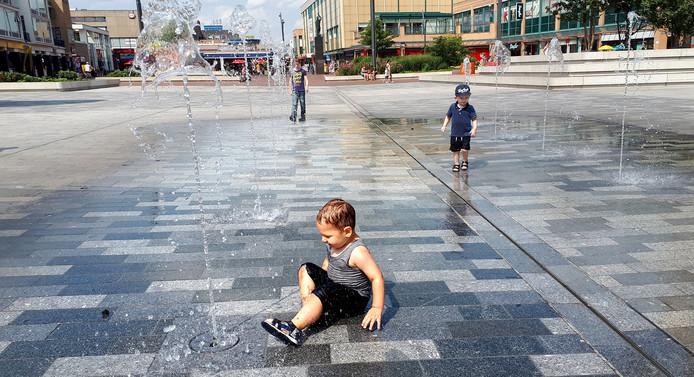 Charl Goossens (Roosendaalse Lijst) kan genieten van spelende kinderen op de Nieuwe Markt in Roosendaal.