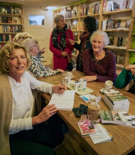 Maassluise schrijft boek over nieuwe liefde van haar moeder (83): 'Het begon met een mysterieus sms-je'