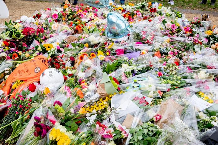 Bloemen, kaartjes en steunbetuigingen op de plek waar het schietincident plaatsvond op het 24 Oktoberplein.
