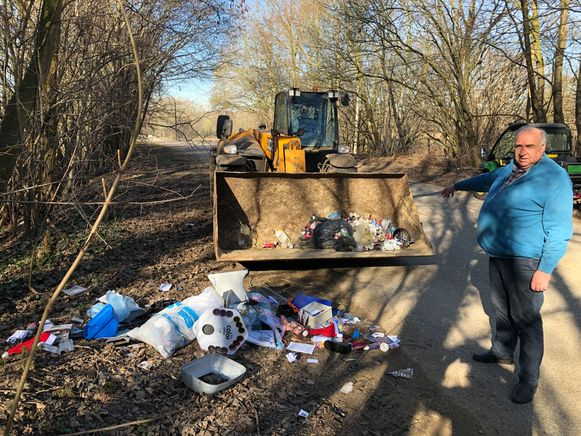 Landbouwer Frank Van den Eynde heeft zelfs met de bulldozer de handen vol om alle zwerfvuil te verwijderen.