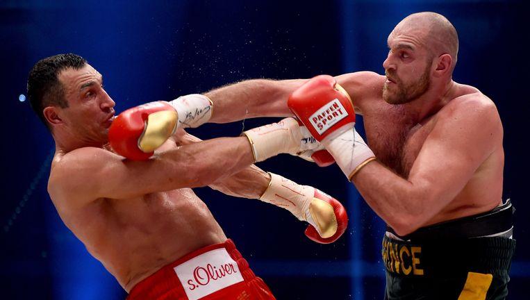 Tyson Fury (rechts) wordt op 28 november 2015 wereldkampioen zwaargewicht door Wladimir Klitschko te verslaan, die al elf jaar ongeslagen was. Beeld afp